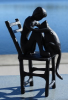 Pojke med katt - metallfigur
